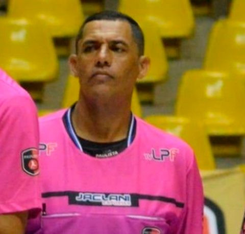 Brazilian referee dies in front of shocked fans and players (Video)